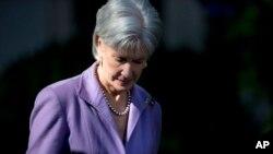 La secretaria de Salud, Kathleen Sebelius, llega a la rosaleda de la Casa Blanca. Esta semana tendrá que declarar ante el Congreso.