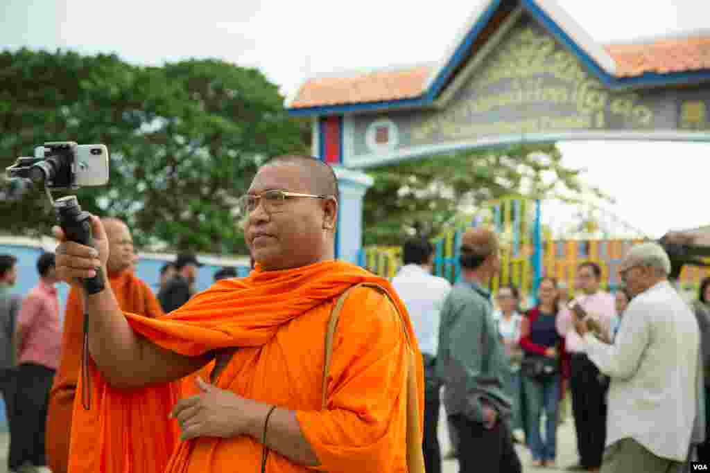 Luon Sovath, monk activist, is filming in front of Correctional Center 1 in the evening of 27th August, 2018 in Phnom Penh, Cambodia. (Tum Malis/VOA Khmer)