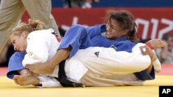 Sarah Menezes, de Brasil (en azul) aplica una llave a la rumana Alina Dumitru, durante la ronda final de la competición de judo en 48 kgs, que ganó finalmente la brasileña.