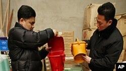 음식물쓰레기 수거 용기를 점검하는 인천 부평구청 직원들.