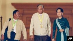 当选缅甸下届总统的吴廷觉(中)和昂山素季在缅甸议会(2016年3月15日)
