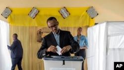 Paul Kagamé, lors du référendum sur la limitation des mandats présidentiels au Rwanda, le 18 décembre 2015.(AP Photo)