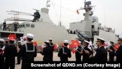 Binh sỹ Hàn Quốc chào mừng chiến hạm Trần Hưng Đạo của Việt Nam cập cảng căn cứ Hải quân Jeju hôm 10/10. (Screenshot of QDND.vn)