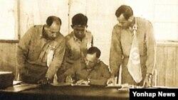 1953년 7월 27일 판문점에서 정전협정에 서명하는 유엔군 수석대표 해리슨 중장.