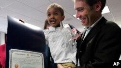 Aaron Lieberman et son fils Théodore, 2 ans, adopté en Ethiopie, lors de la cérémonie d'adoption à New York le 18 novembre 2010.