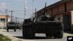 Policijsko oklopno vozilo u Makedoniji na putu kad severnom graničnim prelazu ka Kosovu, 21. april 2015.