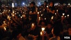 今年六四23周年燭光晚會,超過18萬人到維多利亞公園參加,破歷年來最高的場內人數紀錄(美國之音湯惠芸)