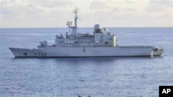 Kapal Angkatan Laut Uni Eropa FS Nivose mengusir kapal pembajak Somalia di sekitar perairan Somalia (Foto: dok).