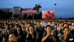 Warga sipil dan personil militer berpartisipasi dalam sebuah aksi massa di Kim Il-sung Square di Pyongyang, Korea Utara, Rabu, 6 September 2017, untuk menandai uji coba nuklir bawah tanah negara mereka untuk yang keenam kalinya. (Foto: dok).