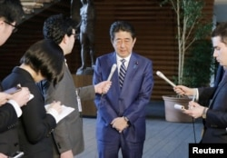 아베 신조 일본 총리가 12일 일본 재무성에서 국유지인 학교 부지를 시세의 격차가 큰 헐값에 극우 사학법인에 특혜를 줬다는 '사학 스캔들' 관련 재무성의 문서조작에 대해 대국민 사과를 하고 있다.