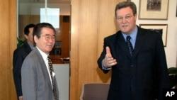 지난 2006년 호주 외무부를 방문한 전재홍 당시 호주 주재 북한대사(왼쪽)와 알렉산더 다우너 호주 외무장관.