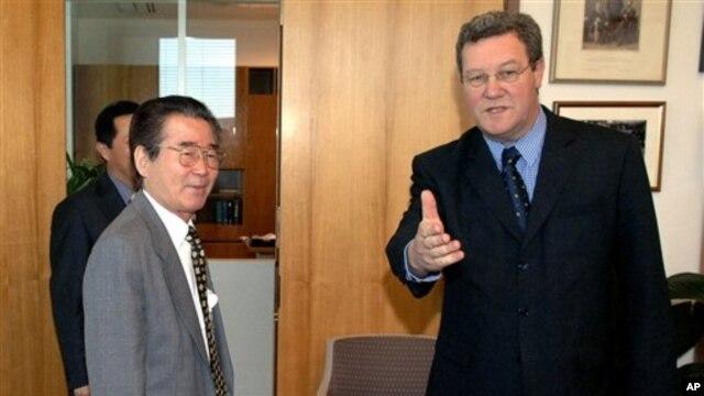 Ðại sứ Triều Tiên Chon Jae Hong tại văn phòng của Ngoại trưởng Australia Alexander Downer tại Canberra (hình chụp tháng 10/2006)
