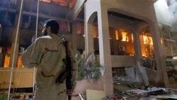 در این تصویر یک سرباز لیبیایی را در مقابل یکی از ساختمان های دولتی که مورد حمله هوایی ناتو قرار گرفت مشاهده می کنید، طرابلس - ۱۷ مه ۲۰۱۱