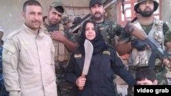 عکسی از ام هنادی با قمه که سی ان ان در ویدئوی خود به نقل از فیس بوک او پخش کرده است.