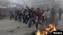 Para aktivis Partai Nasional Bangladesh (BNP) meneriakkan slogan saat mereka menggelar aksi unjuk rasa di Dhaka (9/12). Polisi menembakkan peluru karet dan gas air mata untuk membubarkan aksi ini, setelah para pengunjuk rasa mulai melemparkan bom-bom rakitan ke arah kendaraan-kendaraan di jalanan.