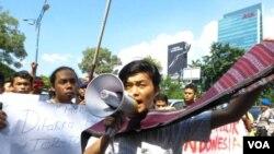 Puluhan mahasiswa Sumatera Utara melakukan unjuk rasa di depan Kedutaan Besar Malaysia di Jakarta, Rabu (20/6), memrotes rencana Malaysia memasukan tari Tor Tor dan alat musik Gordang Sambilan dalam daftar warisan budaya Malaysia (foto: Fathiyah/VOA).