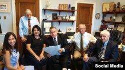 Bà Grace Bùi (áo đen) và Dân biểu Chris Smith (cầm giấy) tại thủ đô Washington, DC, tháng 7/2018. Facebook Grace Bui.
