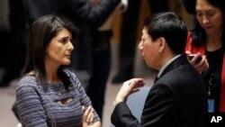 Nikki Haley, embaixadora dos EUA na ONU fala com vice-embaixador chinês Wu Haitao