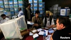 阿富汗选举工作者点算选票