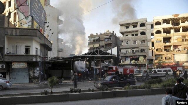 Tấm ảnh được hãng thông tấn quốc gia Syria SANA phổ biến, cho thấy một đám đông tập trung tại hiện trường xảy ra vụ nổ ở quận Jaramana, gần Damascus, 28/11/2012.