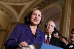 资料照:共和党联邦参议员费舍尔 (左)