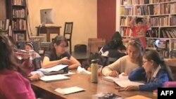 """Deca učestvuju u radionici programa """"826"""" koji podstiče kreativno pisanje"""