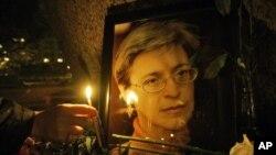 Seorang warga Rusia menyalakan lilin untuk menghormati mendiang Anna Politkovskaya, wartawan investigatif Rusia yang dibunuh. (Foto: Dok)
