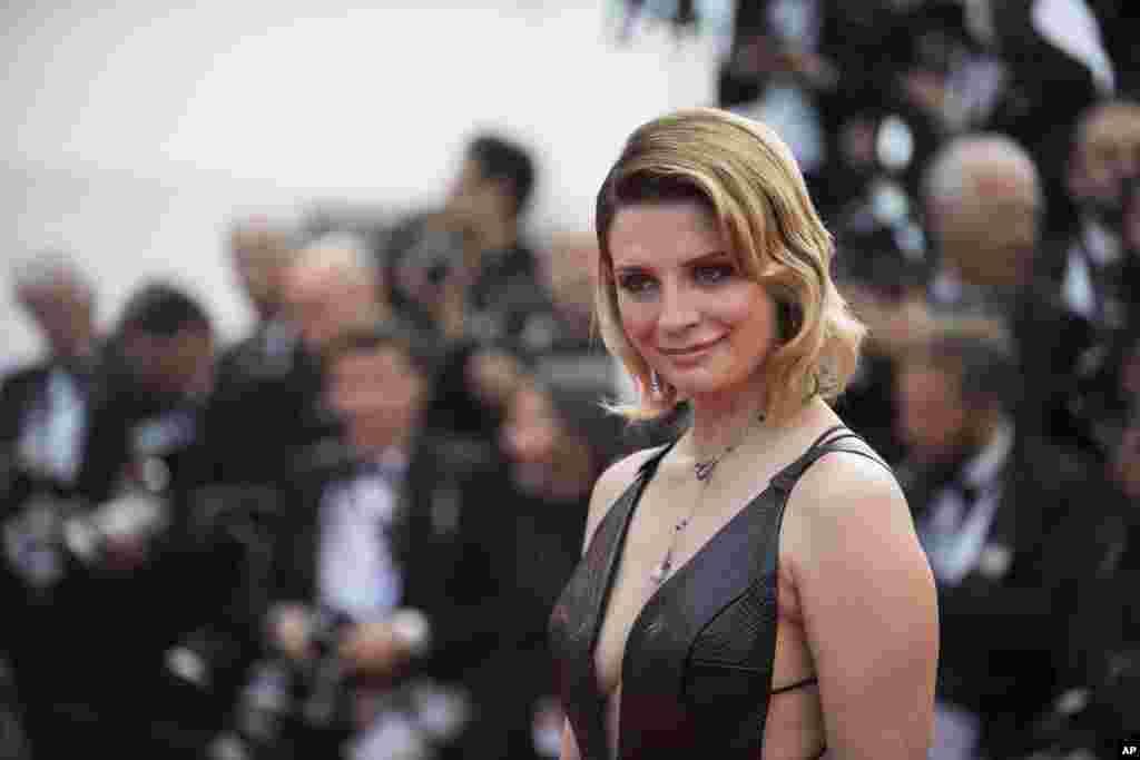 英国裔美国演员米莎·巴顿(Mischa Barton)在戛纳电影节上亮相(2017年5月23日)。 她曾被誉为好莱坞的纯情玉女,却遇人不淑,裸照与裸体影像落入前男友手里,曾经被人喊价兜售。后面有更多有关图片。