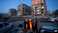 اکثر مردم در شهر سرپل ذهاب ولایت کرمانشاه پس از وقوع زلزله و ویران شدن خانه های شان، شب را در بیرون به سر بردند