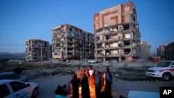 Sobrevivientes del terremoto del domingo por la noche en Irán se abrigan frente a una hoguera frente a edificios destruidos en la ciudad de Sarpol-e-Zahab, en el occidente del país. Foto provista por la Agencia de Noticias de Estudiantes Iraníes, ISNA. Nov. 13, 2017.