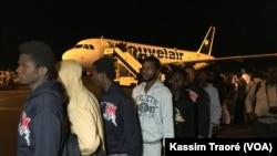 152 Maliens rapatriés de la Libye, à l'aéroport Modibo Keita de Bamako Senou, Bamako, Mali, 7 décembre 2017. (VOA/Kassim Traoré)