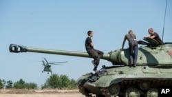 Tentara pemerintah Ukraina di atas tank mereka di Donetsk, Ukraina timur, Sabtu, 9 Agustus 2014