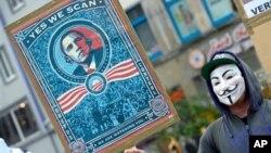 德國漢諾威一名戴上面具和手持標語牌的示威者抗議美國在歐盟辦公室安裝竊聽裝置。