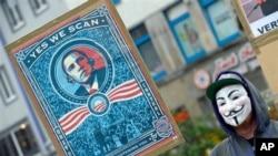 """Seorang aktivis berdemo memprotes program spionase NSA di Hanover, Jerman, Sabtu (29/6). Majalah Jerman """"Der Spiegel"""" telah menerbitkan laporan terkait kepemilikan akses ke jaringan komputer dan penyadapan terhadap sejumlah kantor Uni Eropa oleh Badan Intelijen AS, Minggu (30/6)."""