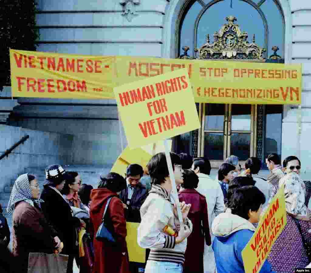 Biểu tình trước tòa thị chính San Francisco đầu thập niên 1980 (ảnh Bùi Văn Phú)