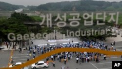 Công nhân và chủ nhân các xí nghiệp trong khu công nghiệp Kaesong mở cuộc mít tinh kêu gọi bình thường hóa hoạt động của khu công nghiệp, 7/8/13