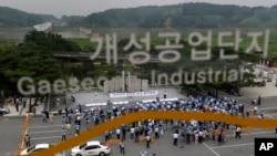 韩国厂主及工人在板门店停战村附近集会,要求恢复开城工业园区正常运作
