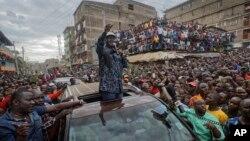 Raila Odinga, umunyepolitike atavuga rumwe n'ubutegetsi, mw'ikoraniro ry'abanywanyi biwe, mu gisagara ca Mathare, i Nairobi, k'Umurwa mukuru wa Kenya.
