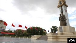 FILE - Cambodia's and Vietnam's flags are put up to welcome the state visit of Mr. Tran Dai Quang, president of the Socialist Republic of Vietnam to the Kingdom of Cambodia at Khmer-Vietnam Memorial Stupa in Phnom Penh on June 14, 2016. (Hean Socheata/VOA Khmer)