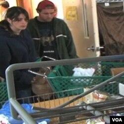 Gina Zbikowski dan John Ohlerich mendatangi dapur umum di wilayah Du Page, Illinois, untuk mencari bantuan pangan.