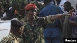 L'ancien ministre de la Défense, le général Cyrille Ndayirukiye, indique une direction lors du coup d'Etat manqué à Bujumbura, 13 mai 2015