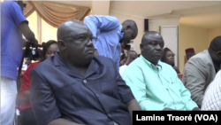 Des partisans du général Diendere à la sortie des avocats, Ouagadougou, le 8 août 2019. (VOA/Lamine Traoré)
