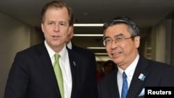 日本外務審議官杉山晉輔(右)和美國朝鮮問題特使戴維斯(資料照片)