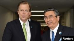 미국의 글린 데이비스 대북정책 특별대표(왼쪽)가 16일 도쿄에서 스기야마 신스케 일본 외무성 아시아대양주국장과 회담했다.