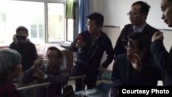 多名維權律師5月11日突破阻攔見到徐純合的母親(網絡圖片)