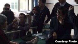 多名维权律师5月11日突破阻拦见到徐纯合的母亲 (网络图片)