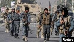 Tentara AS dan polisi Afghanistan mengamankan lokasi serangan bunuh diri di Kandahar (foto: dok).