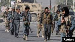 阿富汗警察與美軍視察被襲擊的地點(資料照片)