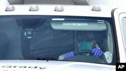 El paciente es trasladado en ambulancia desde la base aérea Dobbins hasta el hospital Emory en Atlanta.