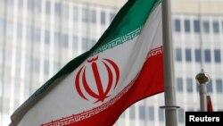 Bendera Iran di depan markas Badan Energi Atom Internasional di Wina, Austria, 4 Maret 2019.